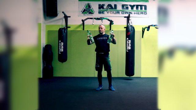 Bobby vom Kai Gym zeigt einfache Übungen für zu Hause