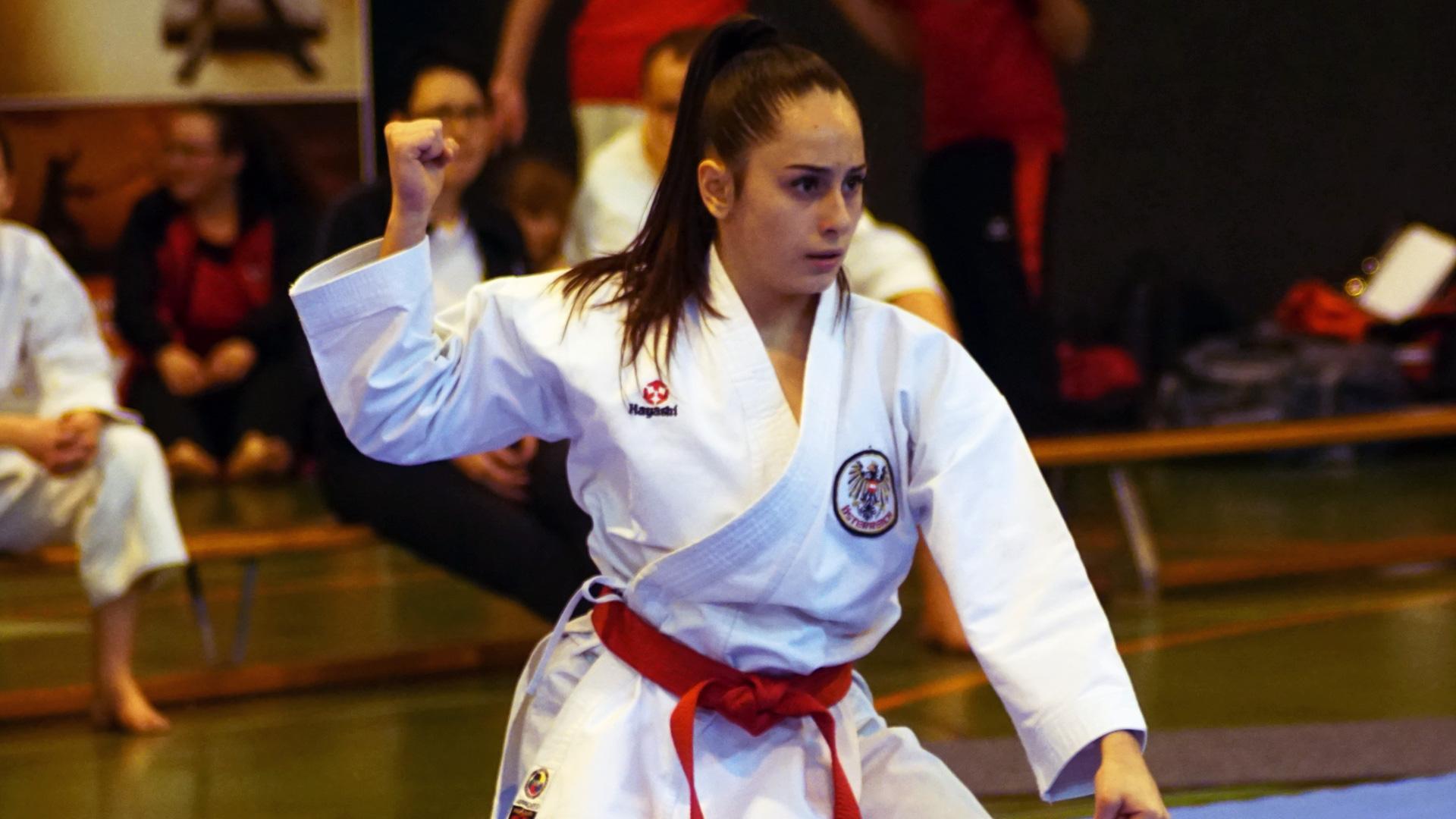 Karate Kämpferin in Karate Gi, roter Gurt