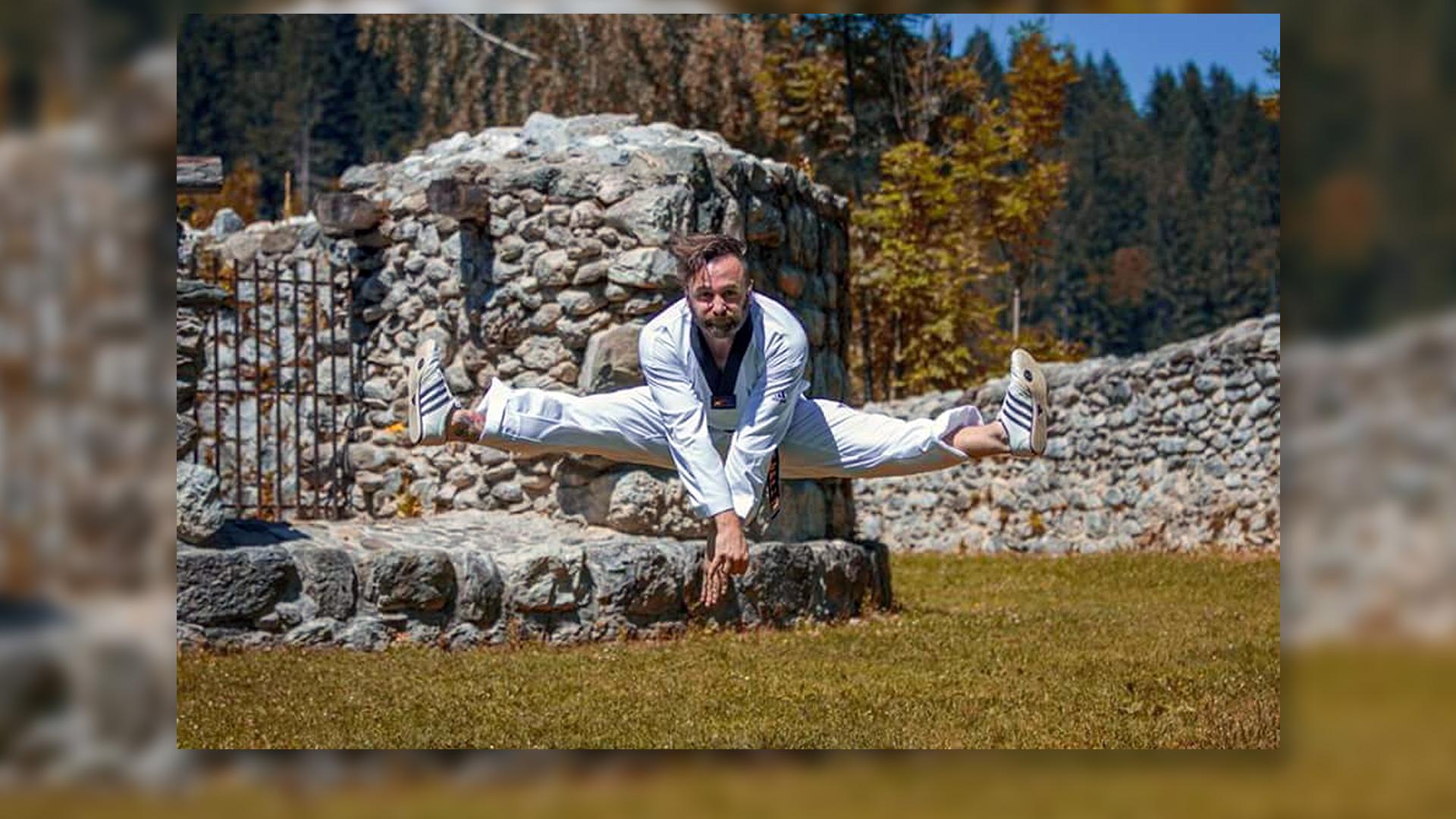 Taekwondo Sportler im Freien, Spagat